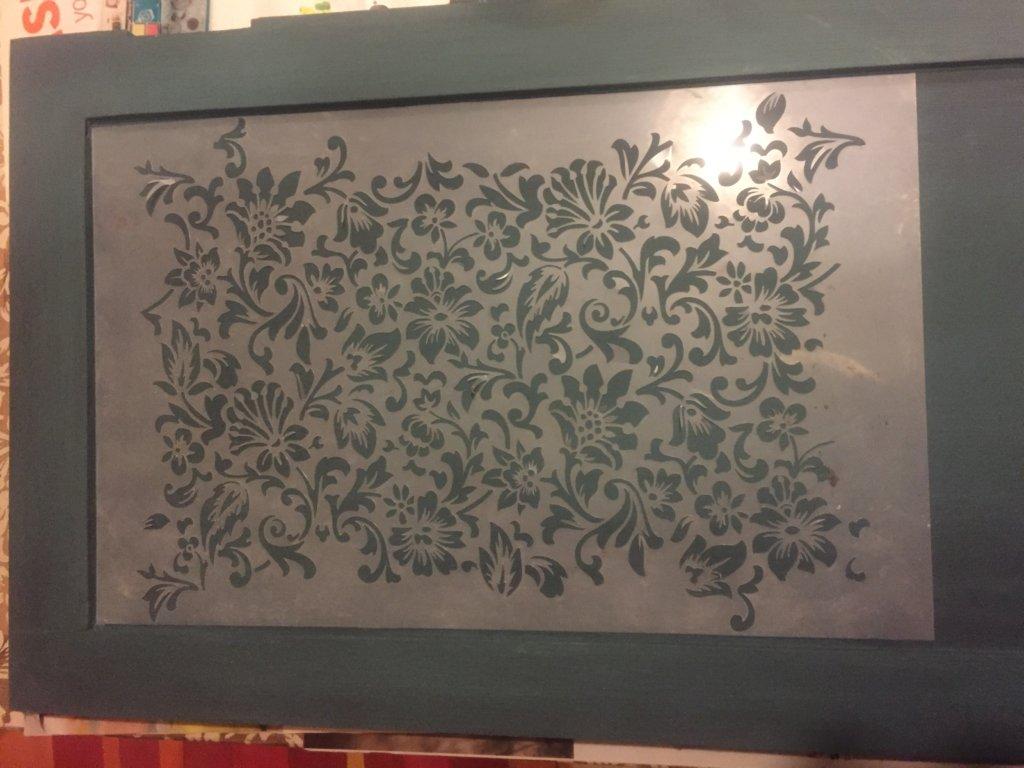 Stencil felhelyezve a bútorra